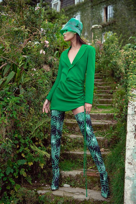 Lấy cảm hứng từ tông xanh nổi bật với ý nghĩa mang đến sự mát lành, trẻ trung, nhà thiết kế Lê Thanh Hoà đã trình làng bộ sưu tập Green Code.