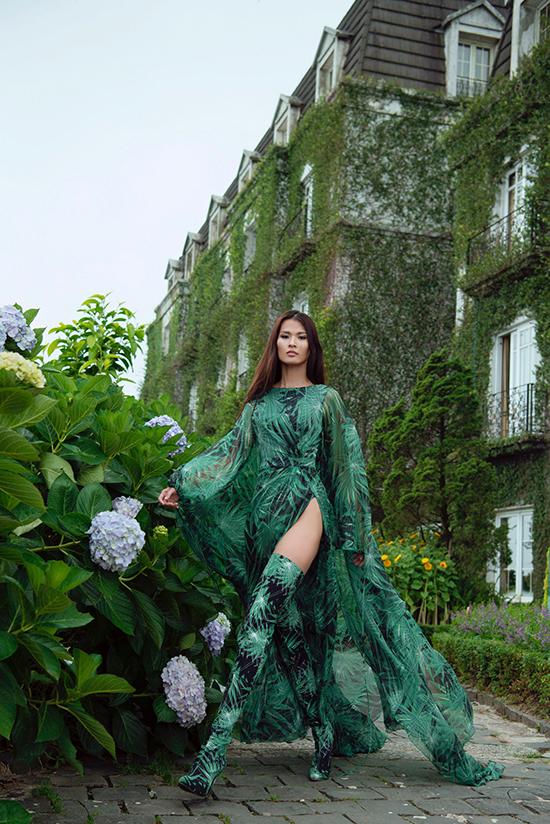 Những mẫu váy xẻ cao táo bạo được nhà thiết kế chăm chút, tạo nên sự mới mẻ cho phong cách thời trang của anh.