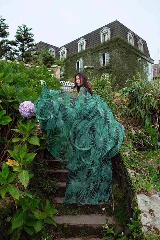 Bên cạnh vải xanh đơn sắc, Lê Thanh Hoà còn sử dụng các chất liệu vải in hoạ tiết để tạo nên sự độc đáo cho bộ sưu tập.