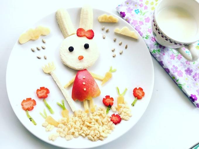 Bức tranh chú thỏ trắng cầm cà rốt được chị Lan làm vào lễ Phục Sinh. Nguyên liệu chủ yếu là trái cây và hạt đóng gói.