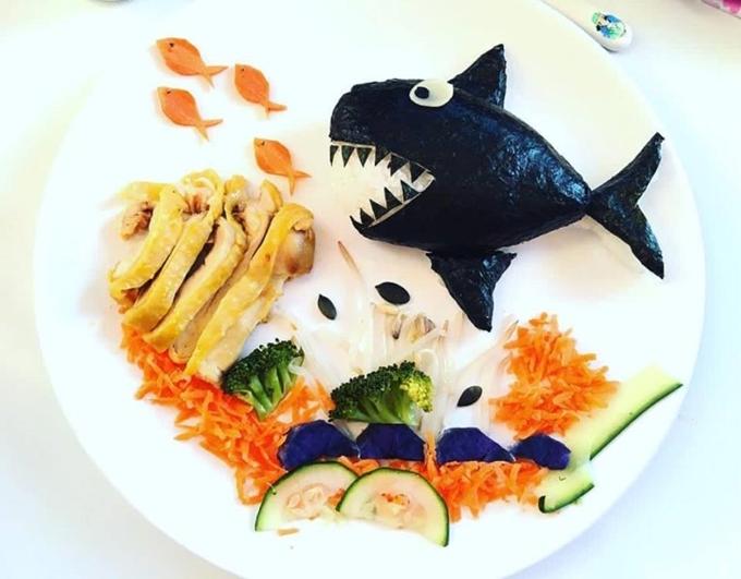 Hầu hết đồ ăn chị Lan Lê làm cho con đều được tận dụng từ những thực phẩm có sẵn trong tủ lạnh. Bố mẹ ăn gì, hai bé ăn đó, không có thực đơnriêng biệt.
