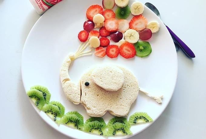 Hai con của chị, bé Anger 6 tuổi và Arthur 4 tuổi, đều không biếng ăn. Các bé có thể ăn rau củ thay cơm, đặc biệt yêu thích cà rốt, đậu Hà Lan, dưa leo và dứa.