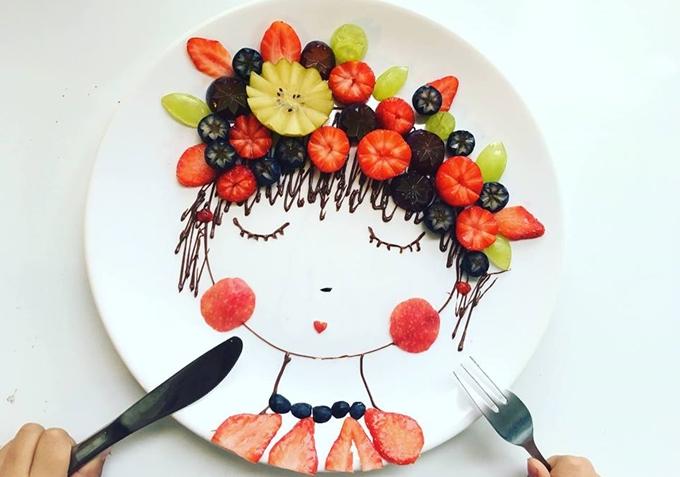 Khi chơi đất nặn cùng hai bé, chị Lê Lan thường được con đề nghị tạo hình loàivật trong câu chuyện hoặc nhân vật trong phim hoạt hình. Từ đó chị nảy ra ý tưởng kể lại những chi tiết đáng nhớ trong cuộc sống của bé trên chính mỗi bữa ăn.