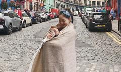 Lan Phương dùng khăn ủ ấm cho con khi du lịch Scotland