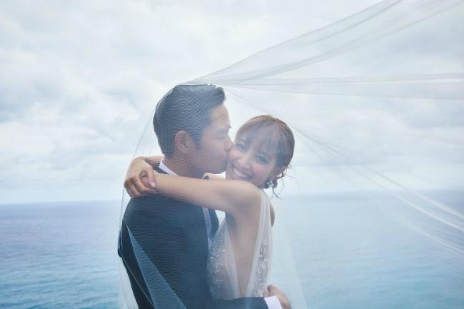 Hôm nay 12/8, hôn lễ của Trịnh Gia Dĩnh và hôn thê Trần Khải Lâm diễn ra tại resort BVLGARI ở Bali. Trước giờ đám cưới diễn ra, đôi uyên ương đã chia sẻ ảnh cưới cho bạn bè, khán giả chiêm ngưỡng.