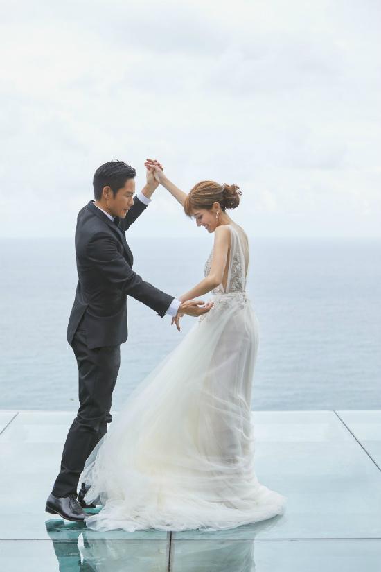 Cô dâu, chú rể hạnh phúc rạng rỡ trong ngày vui.Trần Khải Lâm thay hai bộ váy cưới khi chụp hình, cô để tóc đơn giản, gương mặt đẹp rạng ngời. Một nguồn tin cho hay mỹ nhân Hong Kong đang có thai.