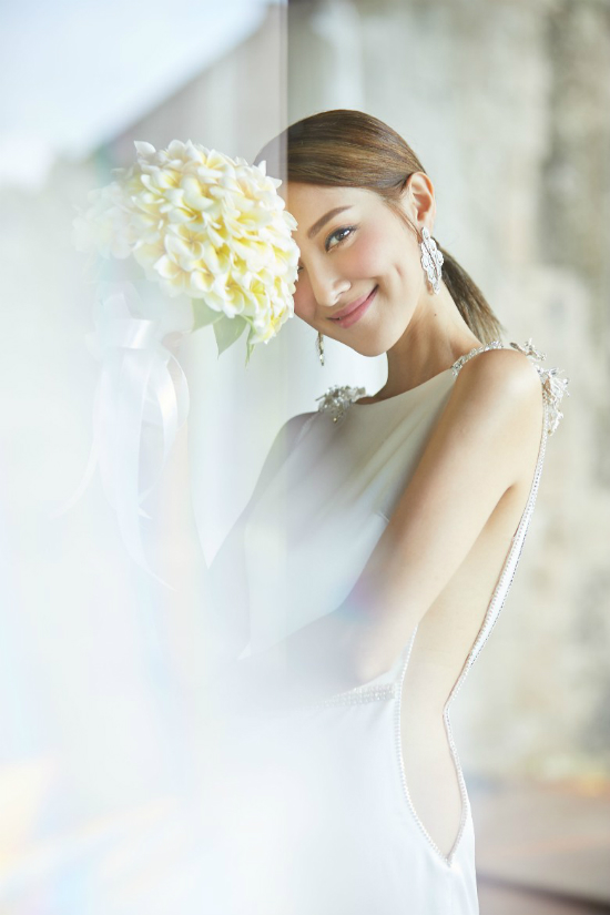 Không đeo trang sức cầu kỳ, cô dâu chỉ dùng đôi bông tai của BVLGARI giá khoảng 500.000  HKD.