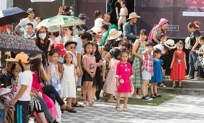 Ngày 12/8, buổi casting người mẫu cho lễ hội thời trang trẻ em Sons of the Sun diễn ra tại một công viên ở Đà Nẵng, quy tụ hơn 350 mẫu nhí tham dự. Nhiều gia đình từ Hà Nội, TP HCM, Quảng Nam, Huế không ngại đường sá xa xôi và thời tiết nắng nóng, đưa con em đến tập trung ở địa điểm casting từ trưa, dù 14h30 chương trình mới chính thức bắt đầu.