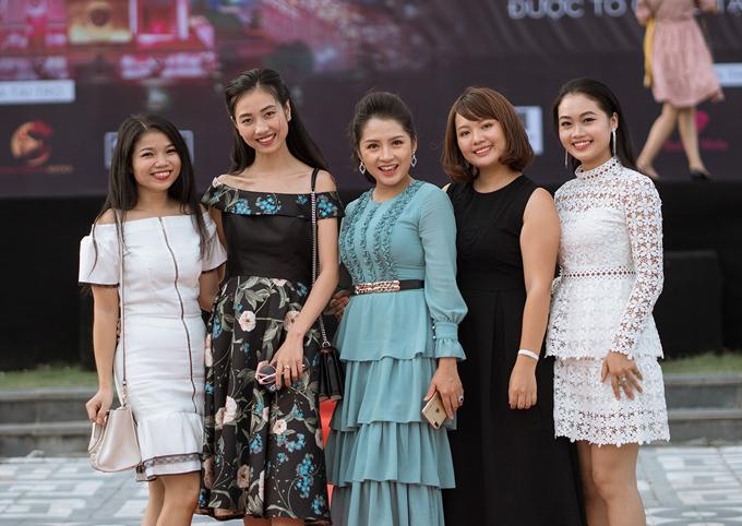 Top 10 Hoa hậu Việt Nam 2016 Bùi Nữ Kiều Vỹ (đầm hoa) là một trong năm giám khảo buổi casting.