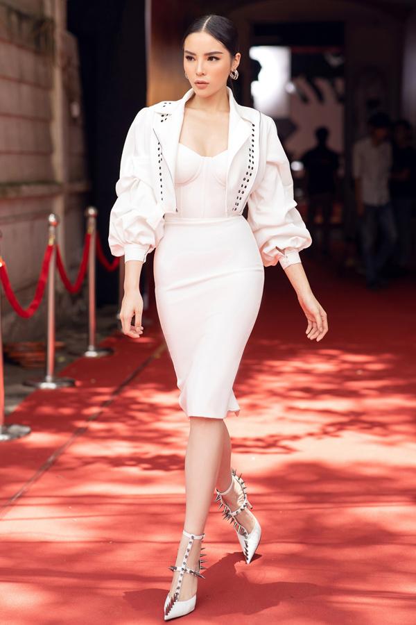 Hoa hậu Kỳ Duyên gây ấn tượng bởi phong cách cá tính với trang phục và phụ kiện ton-sur-ton trắng.