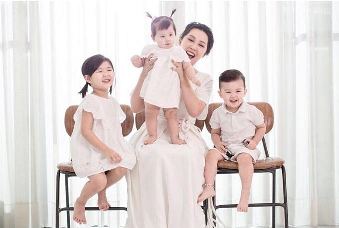 Gào hiện là mẹ của ba em bé: bé Bìn gần 5 tuổi,Min hai tuổi và bé Thỏ mới vài tháng tuổi.
