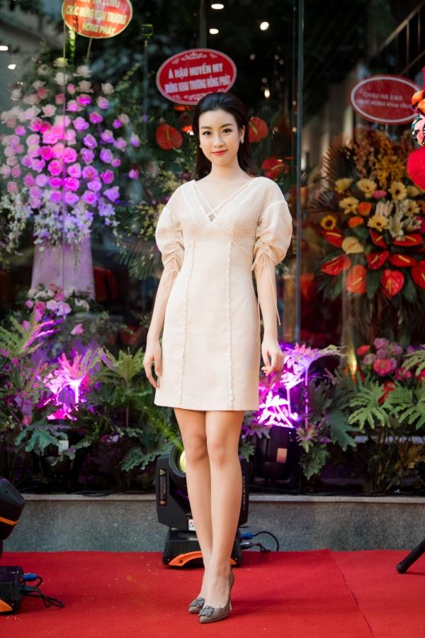 Đỗ Mỹ Linh xuất hiện rạng rỡ dù bận rộn chạy sô với một sự kiện trước đó. Hiện cô đảm nhận vai trò giám khảo Hoa hậu Việt Nam 2018.