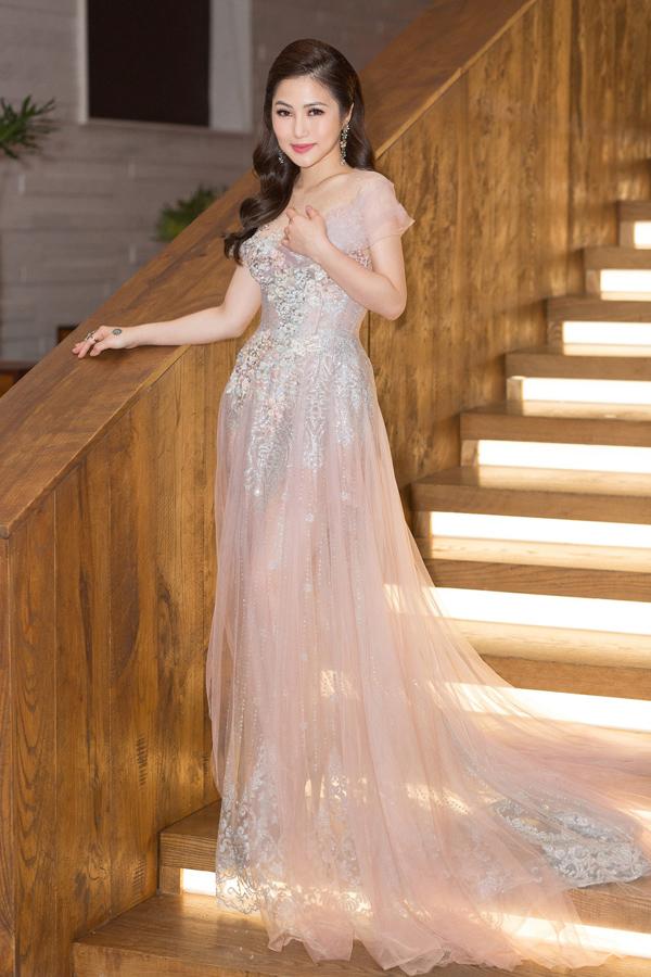 Mẫu đầm màu pastel bồng bềnh biến Hương Tràm thành công chúa yêu kiều.