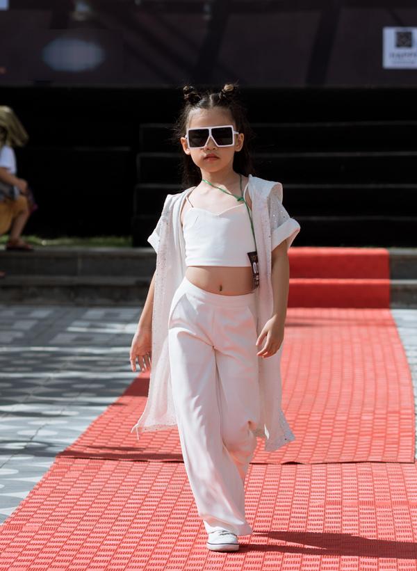Hoàng Gia Nhã Lam (sinh năm 2010, cao 130 cm) là một trong những thí sinh gây chú ý. Cô bé sải bước đầy tự tin với phong thái lạnh lùng.