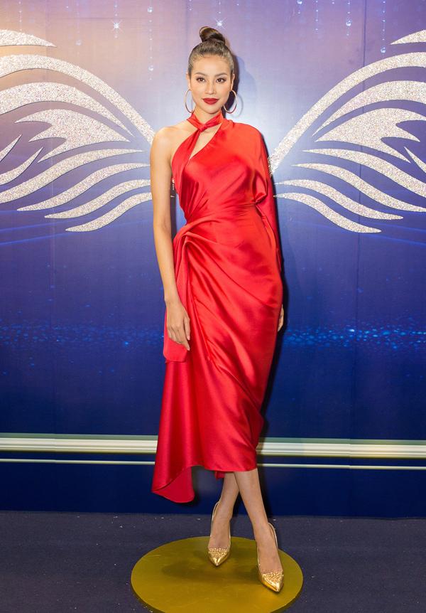 Hoa hậu Phạm Hương khiến mình thêm nổi bật nhờ chiếc váy lệch vai xếp nếp đỏ rực của NTK Lê Thanh Hòa.