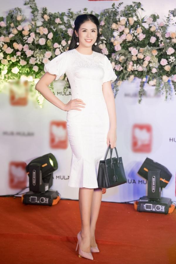 Hoa hậu Ngọc Hân vốn đam mê ẩm thực nên dành thời gian đến ủng hộ, thưởng thức các món ăn.