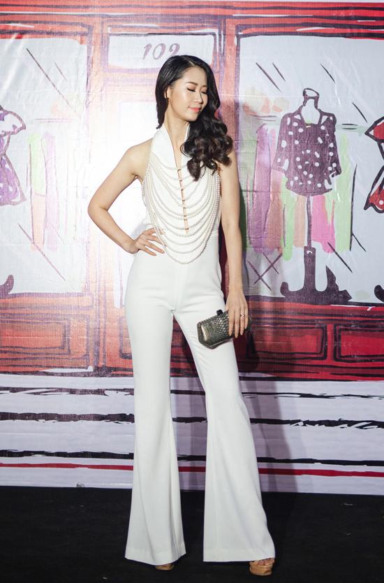 Hoa hậu Dương Thùy Linh khoe chân dài khi diện jumpsuit trắng hiện đại.
