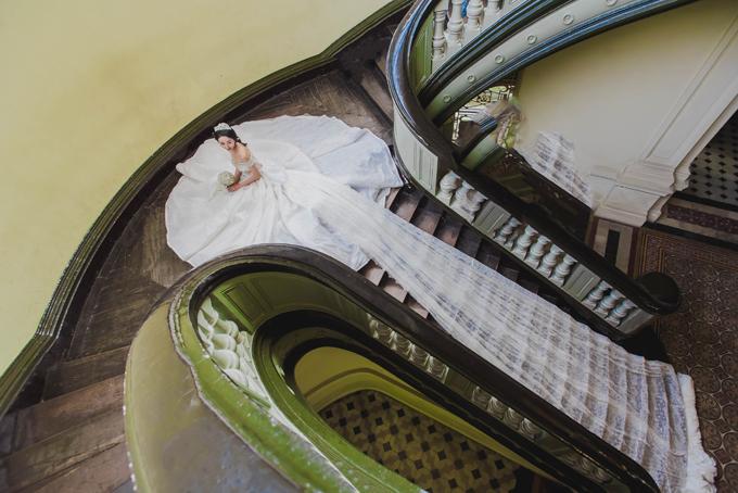 Đại diện thương hiệu Linh Nga Bridal cho biết, lấy cảm hứng từ váy cưới cô dâu Hoàng Gia Anh Diana, chiếc váy cưới của Linh Nga Bridal gây ấn tượng nhờ sử dụng hơn 300m vải voan tơ cao cấp nhập khẩu và 5.000 viên pha lê Swarovski.