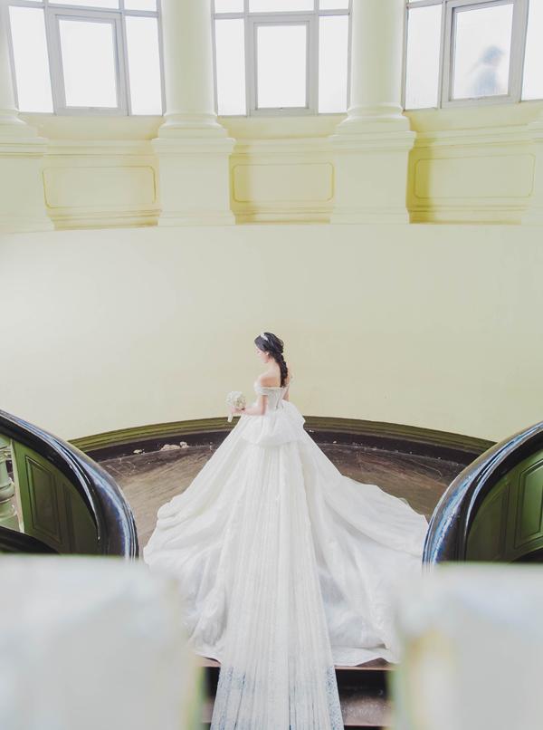 Chiếc váy cưới tinh tế sang trọng trong từng đường kim mũi chỉ là thành quả từ 15 người thợ lành nghề làm việc tỉ mỉ trong suốt 3 tháng.