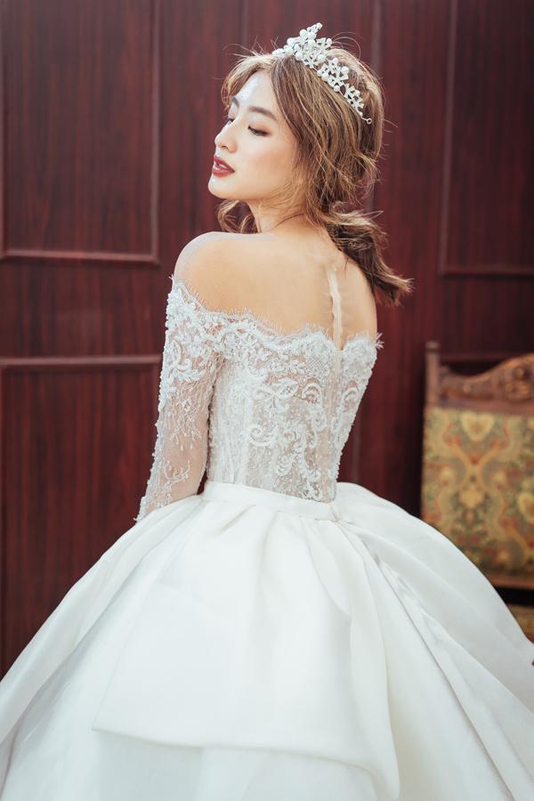 áo cưới này được lấy cảm hứng từ chiếc váy cưới cô dâu Hoàng Gia Anh Diana, sử dụng 5.000 viên pha lê Swarovski độc đáo đính kèm.