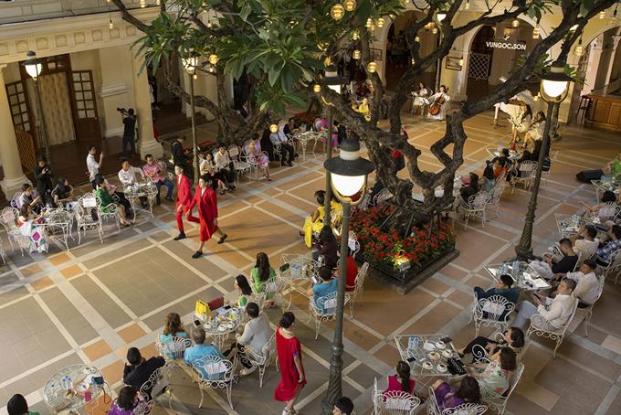 Sàn diễn tái hiện lại không gian của những con phố Châu Âu với quán cafe, cột đèn, cây cối, những ngôi nhà mang kiến trúc cổ điển cùng những người nhạc công chơi đầy ngẫu hứng trong không gian thơ mộng, lãng mạn.