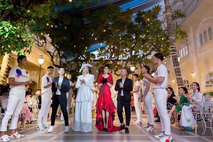Võ Hoàng Yến, Trương Thị May, hai nhà thiết kế Vũ Ngọc & Son cùng các người mẫu trong màn chào kết.