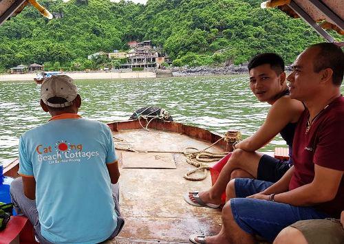 Không có nhu cầu thăm quan vịnh Lan Hạ, đoàn khách đến từ nội thành Hải Phòng vẫn bị Quan quản lý vịnh Cát Bà bắt chẹt phải mua vé thăm quan mới cho thuyền nổ máy để ra đảo Cát Ông. Ảnh: VT