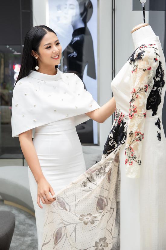 Đặc biệt, áo dài thuộc thương hiệu của Ngọc Trânđều được may bởi những người thợ lành nghề ở Huế.