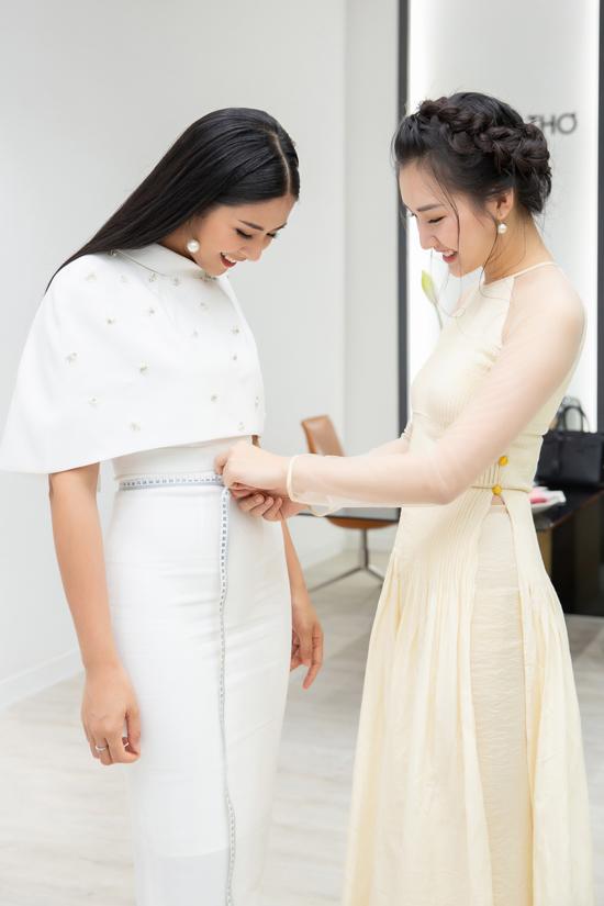 Hình ảnh Ngọc Trânmặc áo dài tiếp khách cũng tạo nên một vẻ đẹp rất riêng, thu hút khách Việt và cả khách du lịch phương Tây khi đi ngang cửa tiệm.