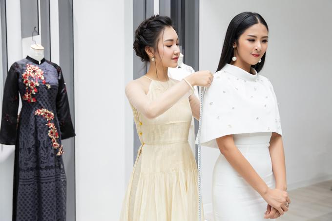 Hoa khôi cẩn thận lấy số đo củangười đẹp Hà Nội, sau đó giao lại cho những thợ may gốc Huế hoàn thành mẫu áo dài.