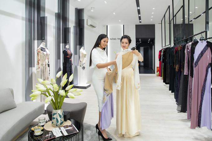 Trong chuyến công tác tại Sài Gòn,Ngọc Hân đã ghé cửa hàng áo dàicủa hoa khôi Huế Ngọc Trân để đặt may cho mình một bộ áo dài.
