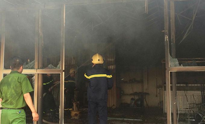 Cảnh sát cứu hoả khống chế ngọn lửa. Ảnh: Lam Sơn.
