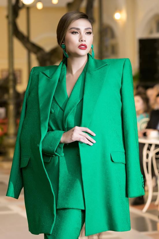 Chiều ngày 12/8, Võ Hoàng Yến và dàn người mẫu nổi tiếngcùng góp mặt trong buổi giới thiệu bộ sưu tập thu đông của hai nhà thiết kế Vũ Ngọc & Son.