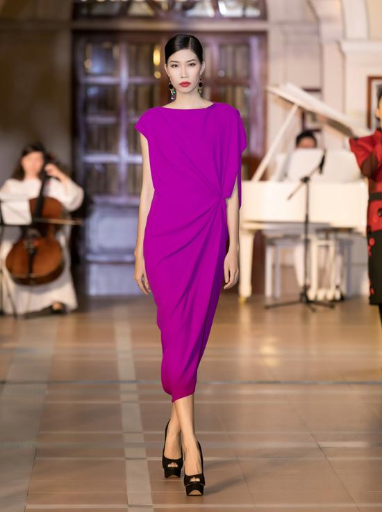 Phần thứ nhất của bộ sưu tập được thể hiện trên các tông màuxanh, đỏ, vàng, tím, trắng, đen với nhiều phom dáng váy cổ điển, sang trọng.