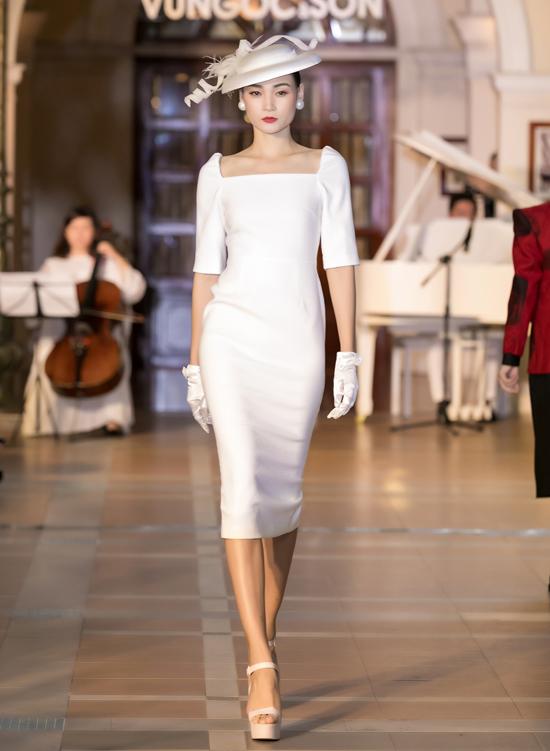 Bộsưu tập mang đến nhiều kiểu váy ứng dụng, đầm đi tiệc phù hợp với các bạn gái yêu sự sang trọng, kiểu cách.