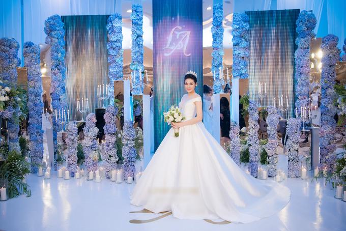 Chiếc váycó độ xòe rộng giúp Tú Anh dễ di chuyển trong không gian tiệc cưới rộng lớn. Ảnh: Lê Chí Linh