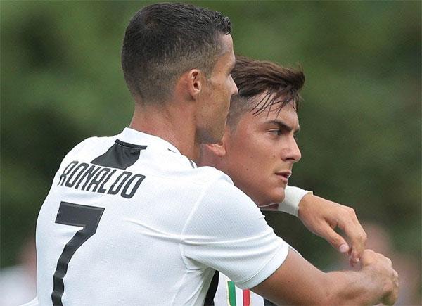 C. Ronaldo ăn mừng cùng Dybala sau khi lập công. Ảnh: NN.