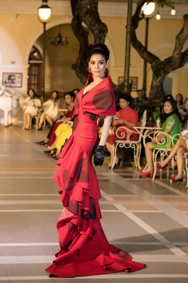 Á hậu Trương Thị Maycó màn trình diễn cuốn hút với thiết kế đầm đuôi xòe lấy cảm hứng từ thời trang thập niên 1960. Đây là một trong những bộ trang phục dạ hội nổi bật nhất của show diễn Domino 68.