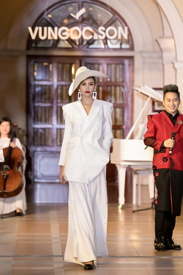 Tham gia show diễn lần này còn có siêu mẫuVõ Hoàng Yến. Côđảm nhận vị trí mở màn.
