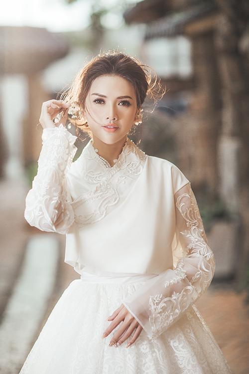 Hiệu ứng sương mờ giúp tôn lên đường nét nổi bật của gương mặt cô dâu.