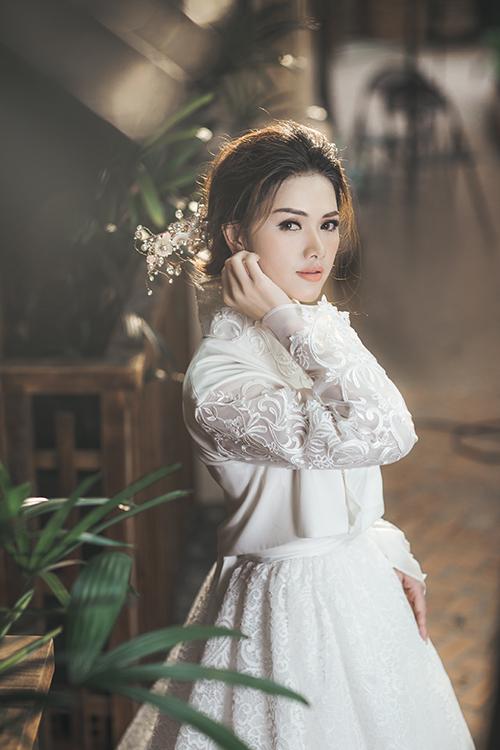 1. Lông mày cong nhẹ và môi cam đào: Phụ nữ Hàn Quốc luôn coi trọng kiểu makeup tự nhiên với một đến hai điểm nhấn trên gương mặt và không đánh phấn má đậm. Chuyên gia trang điểm đã tô son môi cam đào giúp cô dâu trông tươi trẻ và tràn đầy sức sống.