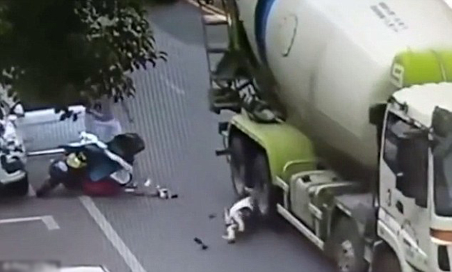 Bánh xe trộn bê tông cán qua đầu nạn nhân nhưng cô này may mắn sống sót, chỉ có mũ bảo hiểm vỡ vụn. Ảnh: Pear Video.