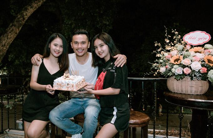 Cựu thành viên Quả Dưa Hấu bên hai con gái Linh Nhi (trái) và Ngân Hà (phải) trong ngày sinh nhật tròn 40 tuổi.