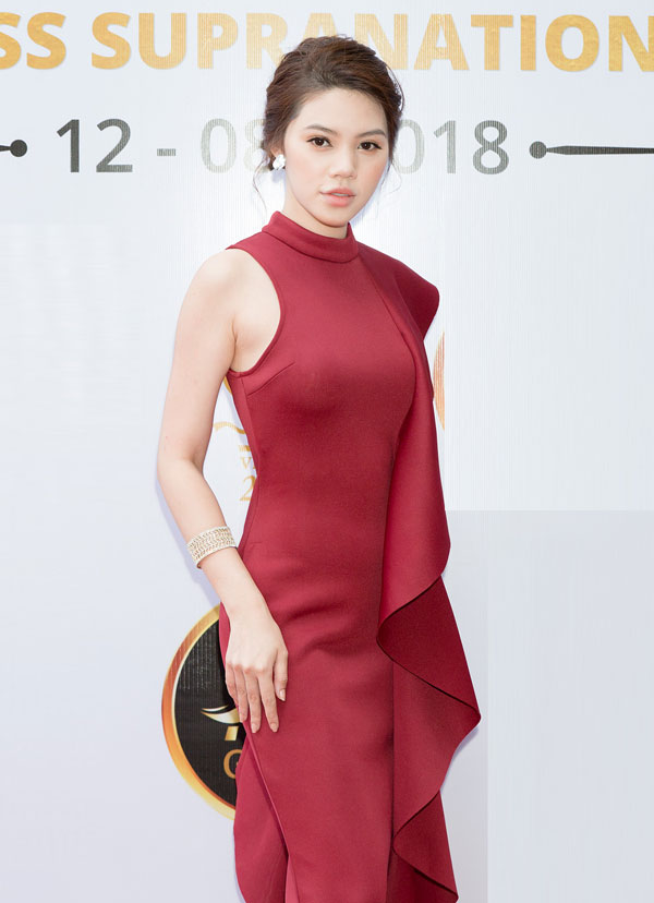 Hoa hậu Thế giới người Việt tại Australia 2015 - Jolie Nguyễn chọn váy đỏ nổi bật.