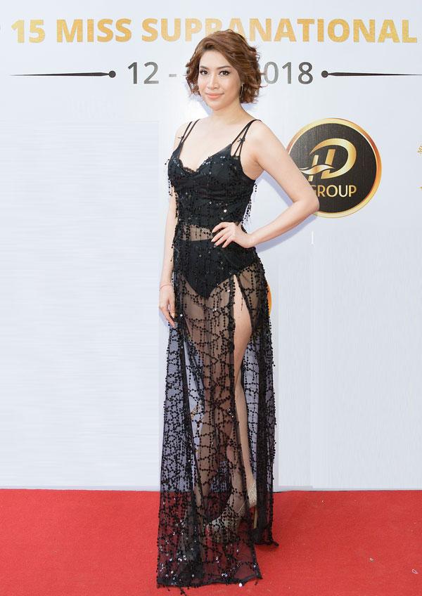 Sự kiện còn có sự góp mặt của nhiều nghệ sĩ, người đẹp nổi tiếng khác. Nữ ca sĩ Pha Lê chọn váy ren hở táo bạo.