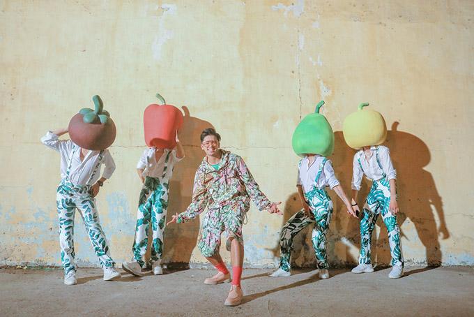 Hình ảnh quậy phá của nam ca sĩ trong MV ca khúc mới Green Groove.