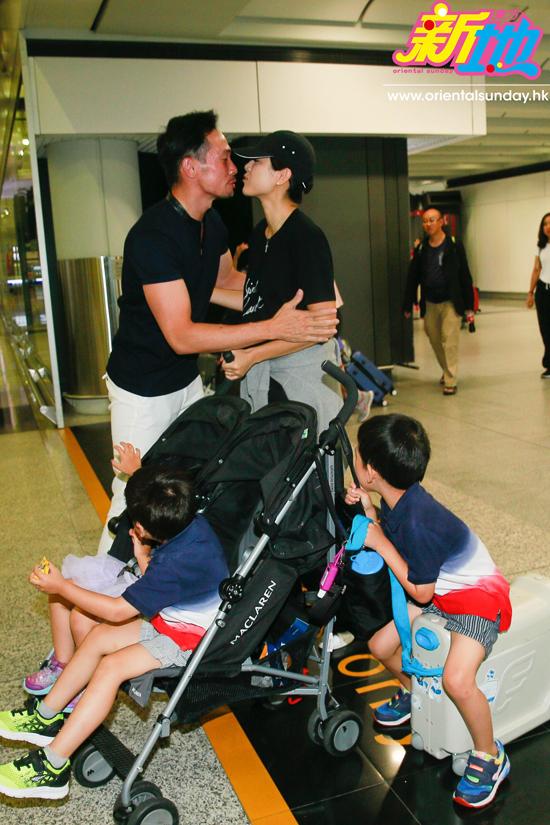 Trần Hào ôm hôn vợ tình cảm. Anh từng nói bà xã là chỗ dựa tuyệt vời, giúp anh yên tâm lo việc