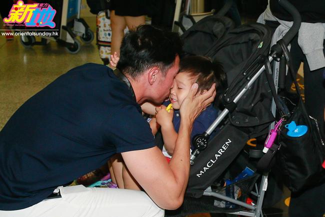 Ngôi sao Hong Kong hôn bé út trìu mến. Anh tiết lộ, suốt 1 tháng qua, anh chỉ ngắm con qua video call nên rất nhớ các bé.