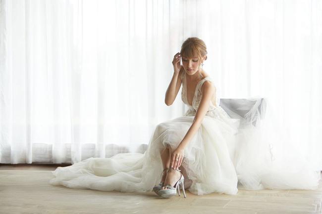 Cô dâu trong bộ váy gợi cảm để chụp hình cưới.