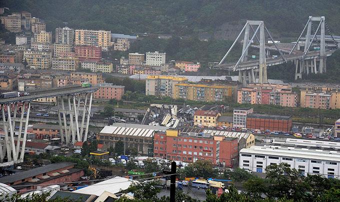 Sập cầu trên cao ở Italy, hàng chục người có thể đã chết